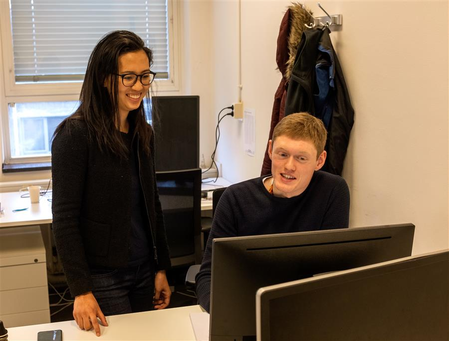Professor Angela Kou discusses device simulations with graduate student Lukas Splitthoff.