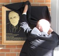 ECE Professor Nick Holonyak Jr. unveils a plaque honoring his achievements.