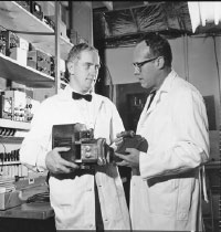Bill Fry (right) and another researcher in 1959 with a mechanical heart. Photo courtesy of Univ of Illinois Archives, RS 39/2/20.