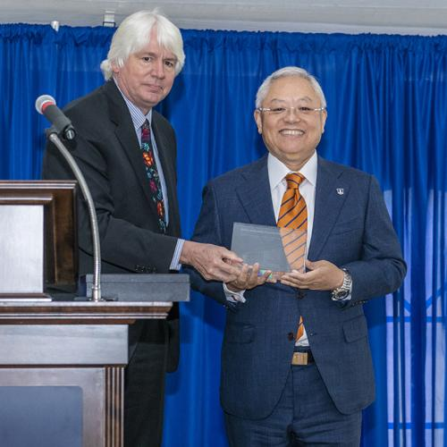 MechSE department head Tony Jacobi with alumnus Sidney Lu. (October 2018)