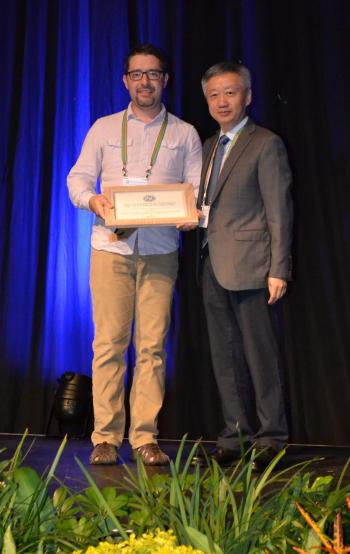 Smith receiving his award from ISE president Zhong-Qun Tian.