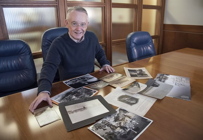 "Joe Rank ('69 Media, MS '73 Media), a retired Commander of the U.S. Navy and former instructor for the Naval ROTC, shares old photos of military life on Illinois campus during both world wars and the ROTC's formative years. ""The need for highly-qualified engineers and scientists in the military is greater than ever. <em>Photo by Heather Coit</em>"